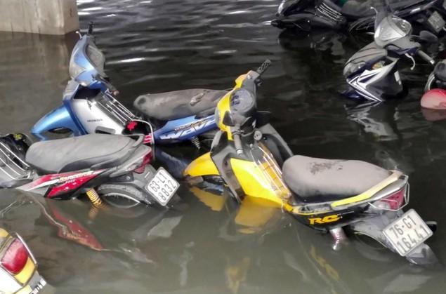 18 giờ sau trận mưa lịch sử, Sài Gòn vẫn chìm trong nước - ảnh 7