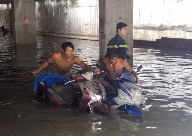 18 giờ sau trận mưa lịch sử, Sài Gòn vẫn chìm trong nước - ảnh 8