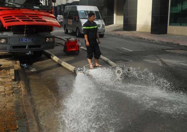 18 giờ sau trận mưa lịch sử, Sài Gòn vẫn chìm trong nước - ảnh 10
