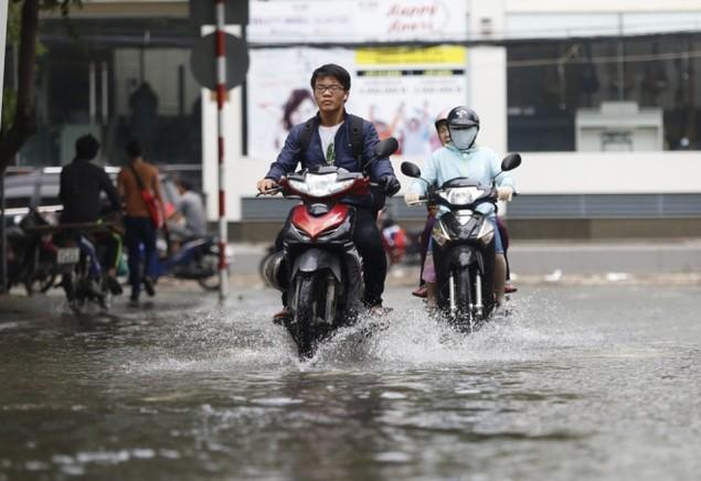 18 giờ sau trận mưa lịch sử, Sài Gòn vẫn chìm trong nước - ảnh 12