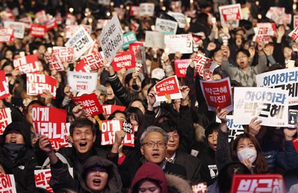 Hàng chục nghìn người xuống đường đòi tổng thống Hàn Quốc từ chức - ảnh 1