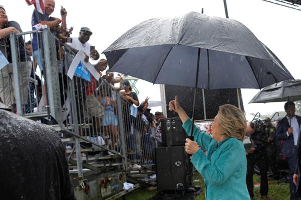 Clinton cắt ngắn cuộc vận động ở bang chiến trường do mưa lớn - ảnh 1