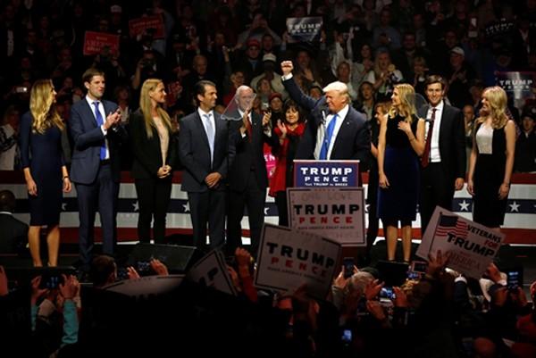 Hai thế cực Clinton và Trump trong ngày vận động cuối cùng - ảnh 1