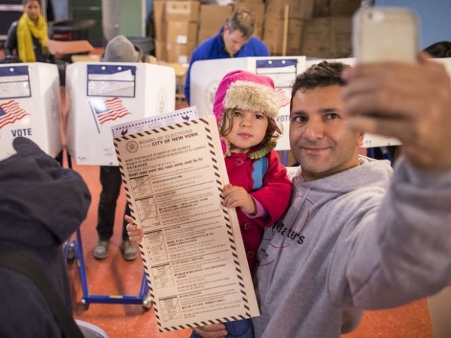 Cử tri Mỹ chụp ảnh 'tự sướng' trong ngày bầu cử - ảnh 1