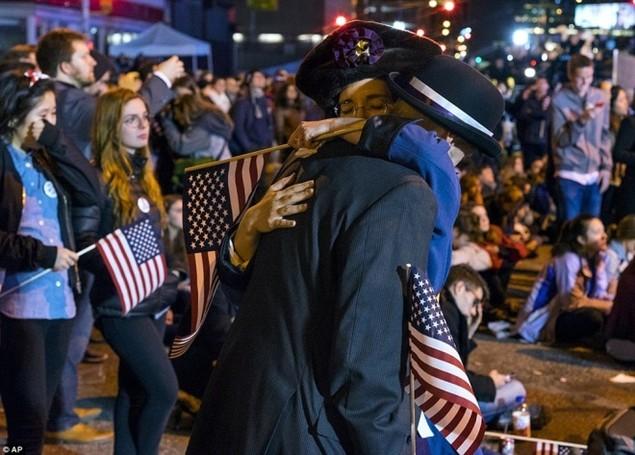 Clinton thất cử, người ủng hộ ôm nhau khóc - ảnh 2