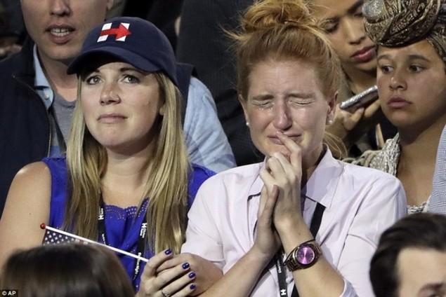 Clinton thất cử, người ủng hộ ôm nhau khóc - ảnh 3