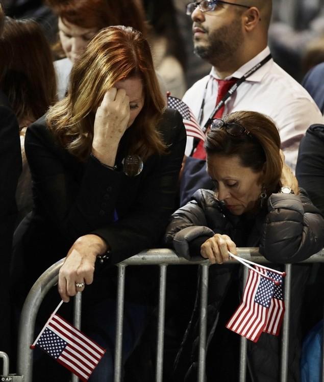 Clinton thất cử, người ủng hộ ôm nhau khóc - ảnh 5