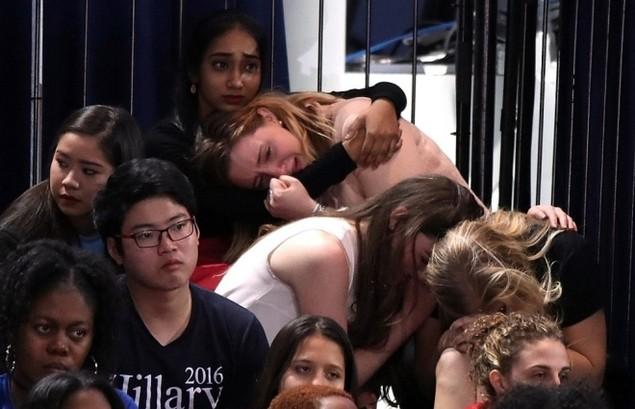 Clinton thất cử, người ủng hộ ôm nhau khóc - ảnh 6