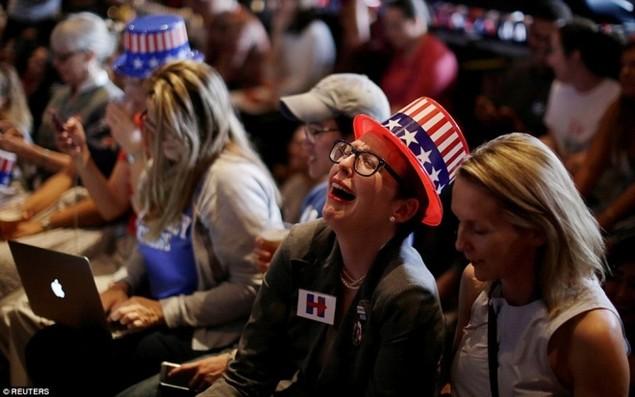 Clinton thất cử, người ủng hộ ôm nhau khóc - ảnh 7