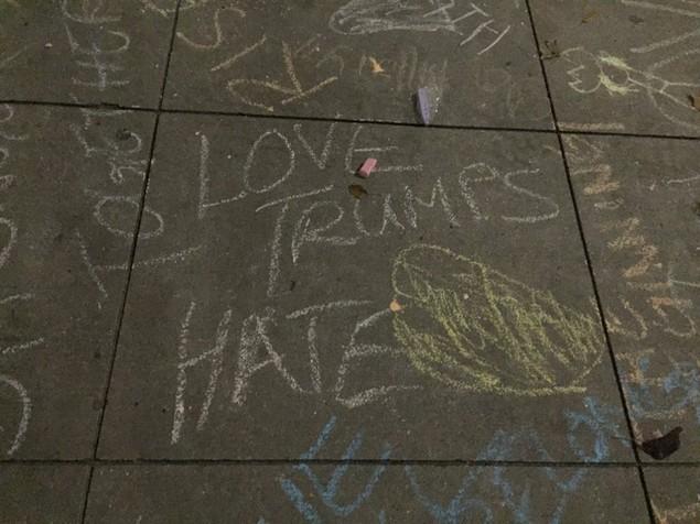 Người ủng hộ đổ xô viết thông điệp động viên bà Clinton trên vỉa hè - ảnh 3