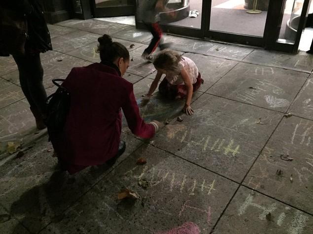 Người ủng hộ đổ xô viết thông điệp động viên bà Clinton trên vỉa hè - ảnh 7