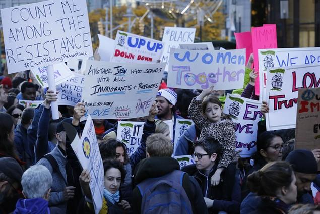 Biểu tình phản đối ông Trump đã bùng phát tại ít nhất 50 thành phố Mỹ - ảnh 2