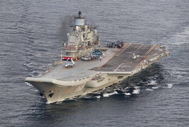 Tàu sân bay, tàu khu trục Nga phô diễn sức mạnh ngoài khơi Syria - ảnh 1