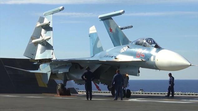 Tàu sân bay, tàu khu trục Nga phô diễn sức mạnh ngoài khơi Syria - ảnh 2