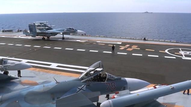 Tàu sân bay, tàu khu trục Nga phô diễn sức mạnh ngoài khơi Syria - ảnh 4