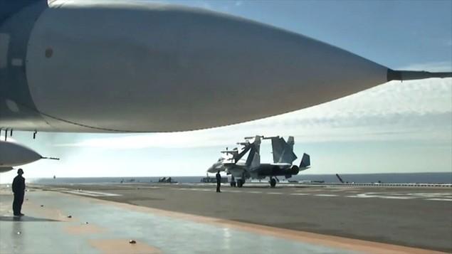 Tàu sân bay, tàu khu trục Nga phô diễn sức mạnh ngoài khơi Syria - ảnh 5