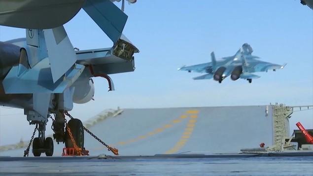Tàu sân bay, tàu khu trục Nga phô diễn sức mạnh ngoài khơi Syria - ảnh 7