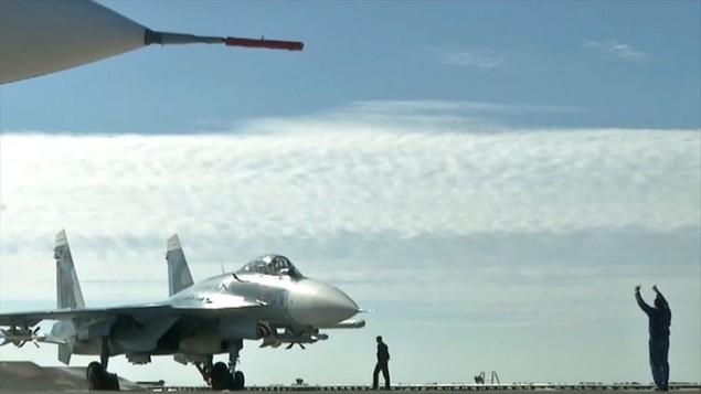 Tàu sân bay, tàu khu trục Nga phô diễn sức mạnh ngoài khơi Syria - ảnh 9