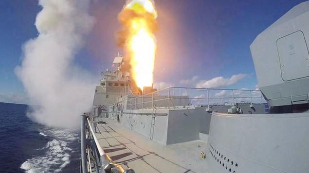 Tàu sân bay, tàu khu trục Nga phô diễn sức mạnh ngoài khơi Syria - ảnh 11