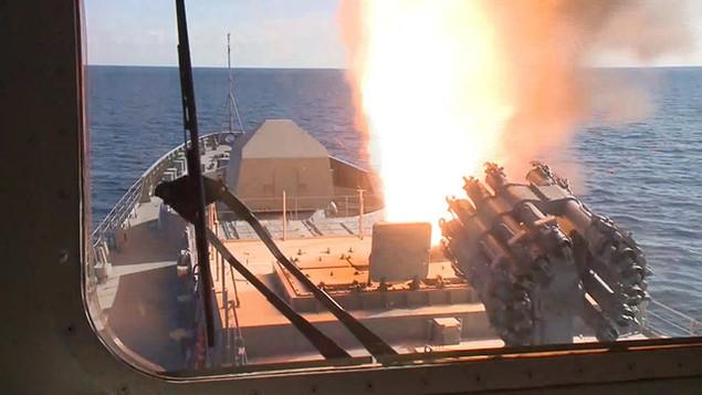 Tàu sân bay, tàu khu trục Nga phô diễn sức mạnh ngoài khơi Syria - ảnh 13