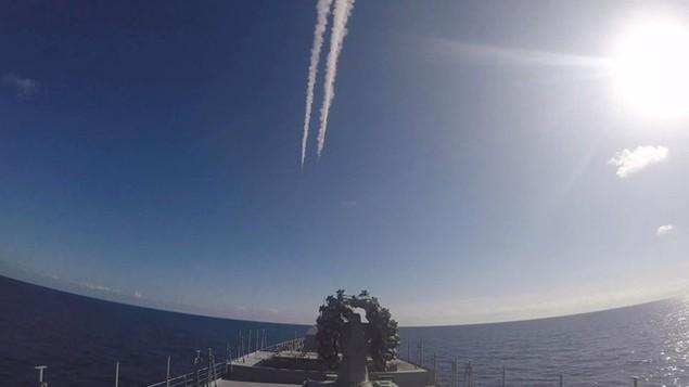 Tàu sân bay, tàu khu trục Nga phô diễn sức mạnh ngoài khơi Syria - ảnh 14