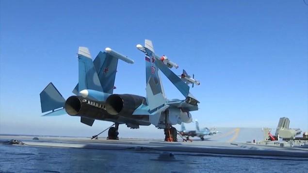 Tàu sân bay, tàu khu trục Nga phô diễn sức mạnh ngoài khơi Syria - ảnh 15