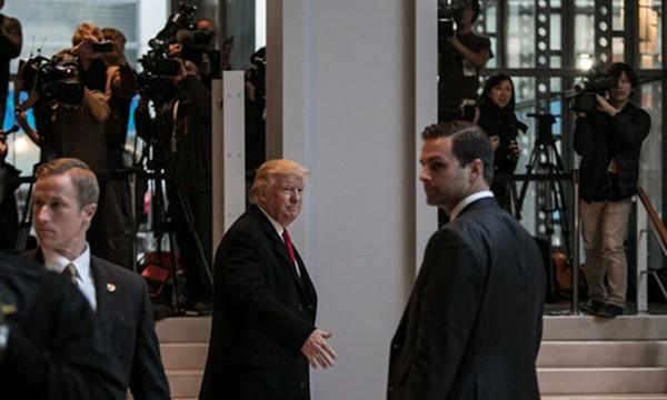 Cuộc mặt đối mặt giữa Trump và tờ báo bị ông công kích - ảnh 1