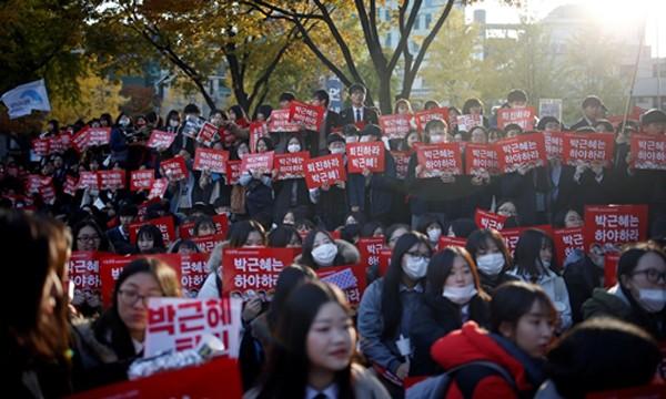 Ba lý do khiến người Hàn Quốc sục sôi vì bê bối của tổng thống - ảnh 2