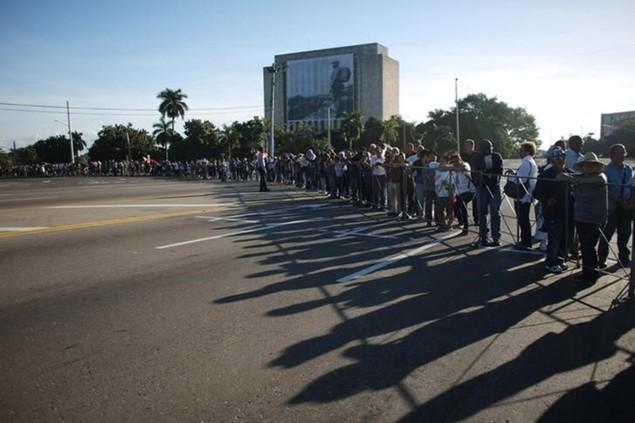Người dân Cuba xếp hàng dài viếng Fidel Castro - ảnh 2