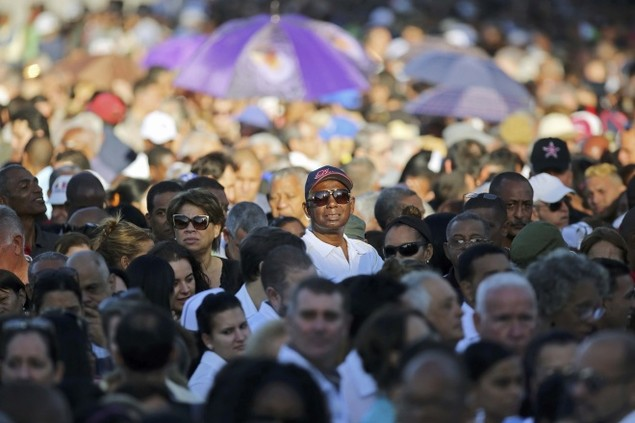 Người dân Cuba xếp hàng dài viếng Fidel Castro - ảnh 3
