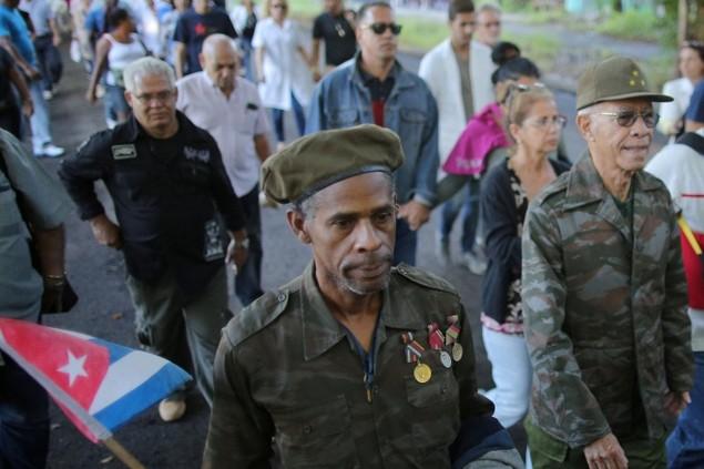 Người dân Cuba xếp hàng dài viếng Fidel Castro - ảnh 4