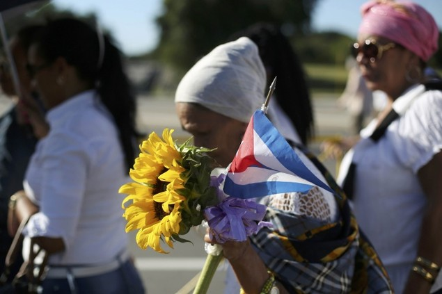 Người dân Cuba xếp hàng dài viếng Fidel Castro - ảnh 5
