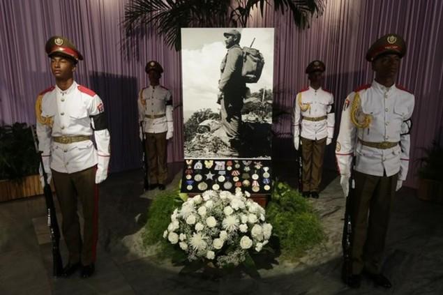 Người dân Cuba xếp hàng dài viếng Fidel Castro - ảnh 6