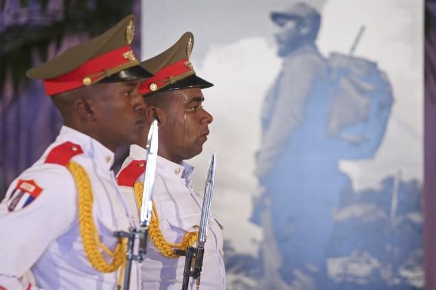Người dân Cuba xếp hàng dài viếng Fidel Castro - ảnh 7