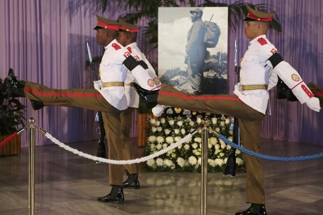 Người dân Cuba xếp hàng dài viếng Fidel Castro - ảnh 8