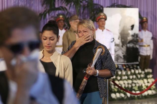 Người dân Cuba xếp hàng dài viếng Fidel Castro - ảnh 9