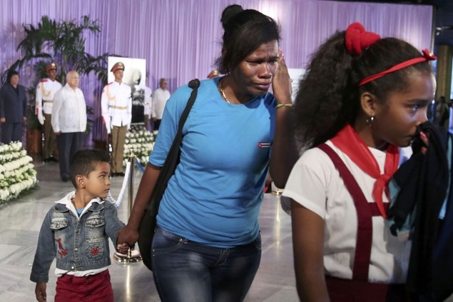 Người dân Cuba xếp hàng dài viếng Fidel Castro - ảnh 10