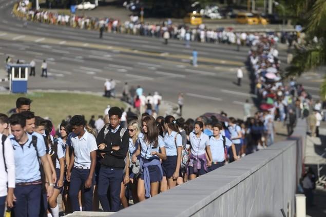 Người dân Cuba xếp hàng dài viếng Fidel Castro - ảnh 11