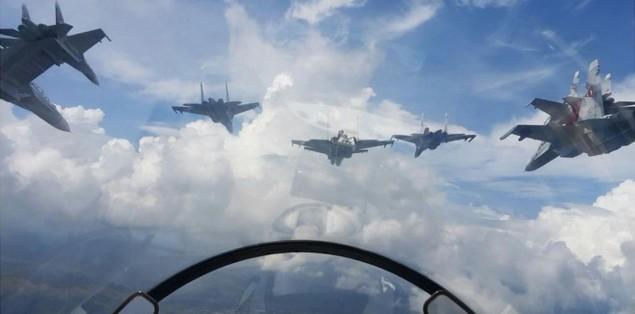 Tiêm kích F-16 và Su-30MK2 Venezuela duyệt binh trên không - ảnh 5