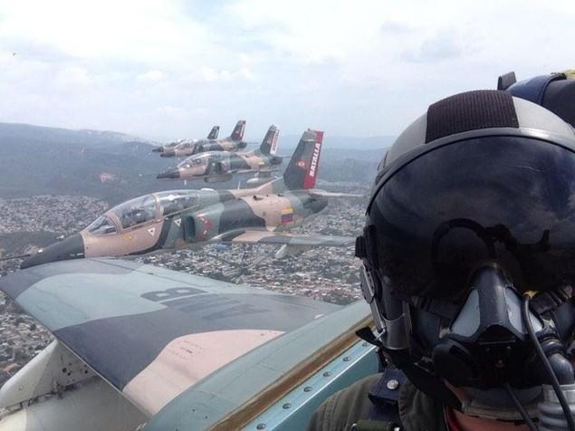 Tiêm kích F-16 và Su-30MK2 Venezuela duyệt binh trên không - ảnh 8