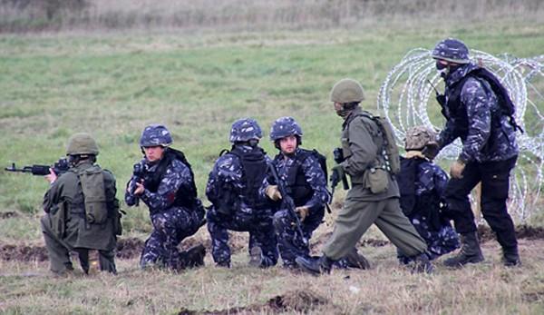 Quân đội Anh mượn xe tăng Nga để tập trận - ảnh 1