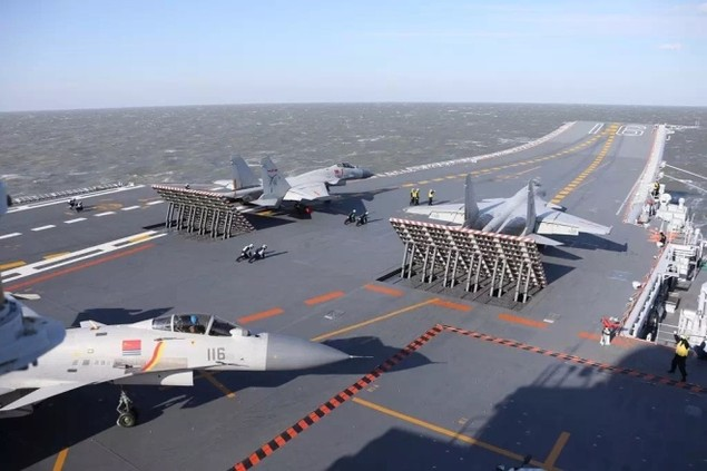 Tàu sân bay Trung Quốc lần đầu phô diễn hỏa lực hiệp đồng - ảnh 1