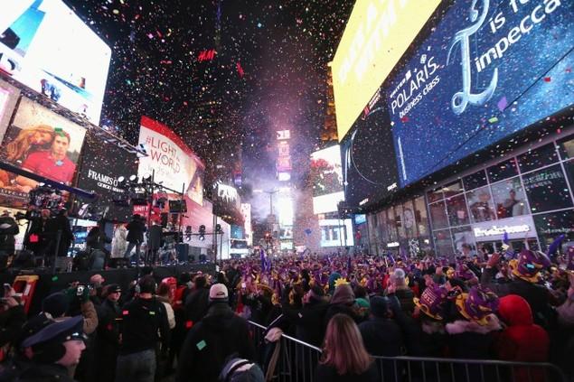 Biển người vỡ òa trên Quảng trường Thời đại Mỹ khoảnh khắc năm mới - ảnh 1