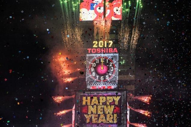 Biển người vỡ òa trên Quảng trường Thời đại Mỹ khoảnh khắc năm mới - ảnh 2