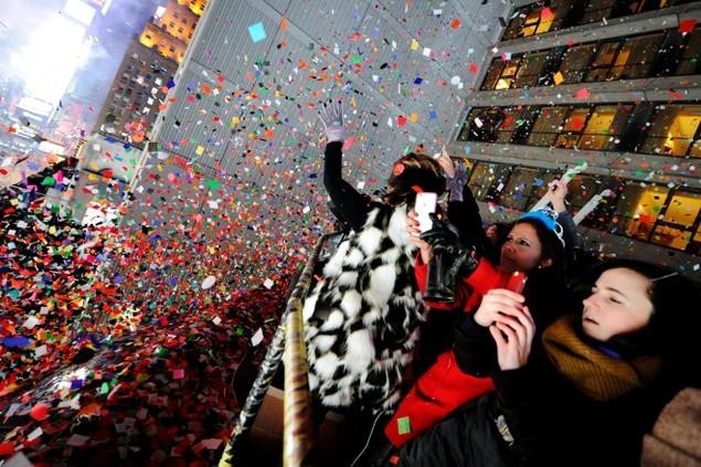 Biển người vỡ òa trên Quảng trường Thời đại Mỹ khoảnh khắc năm mới - ảnh 3