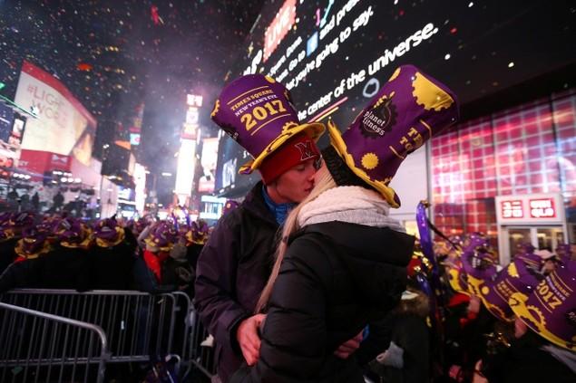 Biển người vỡ òa trên Quảng trường Thời đại Mỹ khoảnh khắc năm mới - ảnh 4