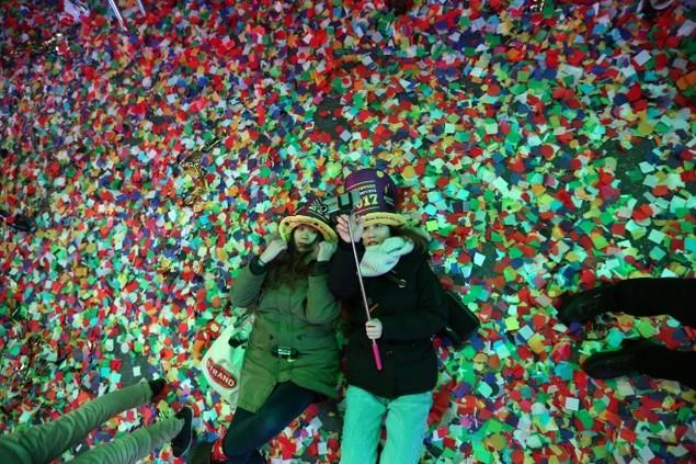 Biển người vỡ òa trên Quảng trường Thời đại Mỹ khoảnh khắc năm mới - ảnh 5