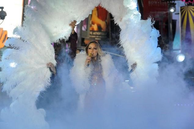 Biển người vỡ òa trên Quảng trường Thời đại Mỹ khoảnh khắc năm mới - ảnh 6