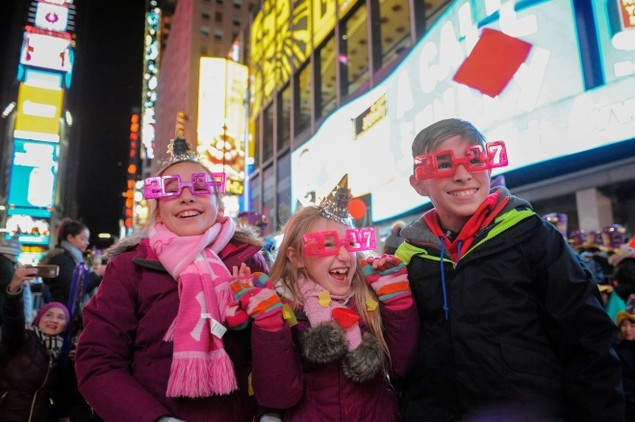 Biển người vỡ òa trên Quảng trường Thời đại Mỹ khoảnh khắc năm mới - ảnh 8