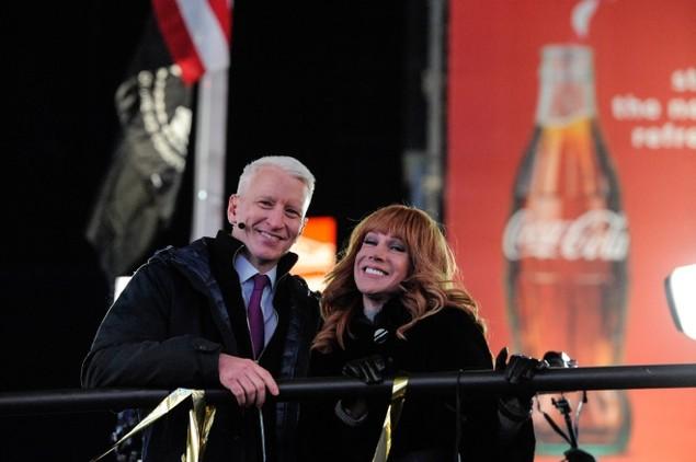 Biển người vỡ òa trên Quảng trường Thời đại Mỹ khoảnh khắc năm mới - ảnh 9
